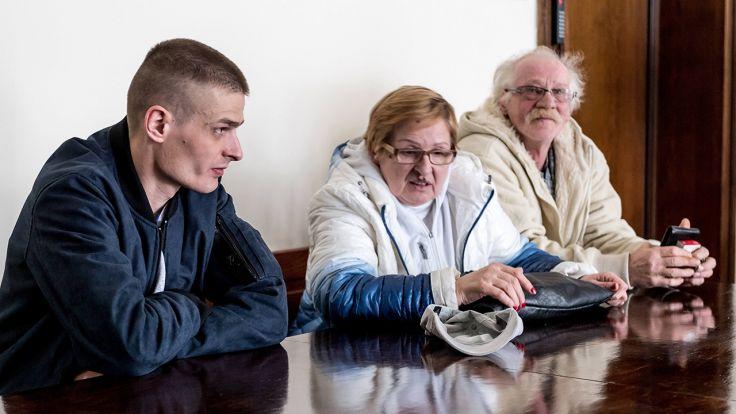 Tomasz Komenda z rodziną na sali rozpraw Sądu Okręgowego we Wrocławiu (fot.  PAP/Maciej Kulczyński)