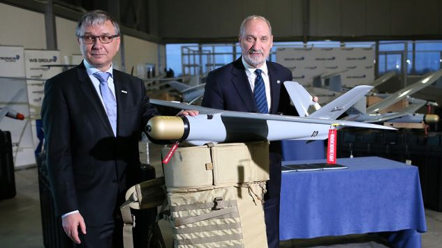 Szef MON Antoni Macierewicz i prezes Grupy WB Electronics Piotr Wojciechowski po podpisaniu umowy na dostawy zestawów Amunicji Krążącej WARMATE(fot. PAP/Leszek Szymański)