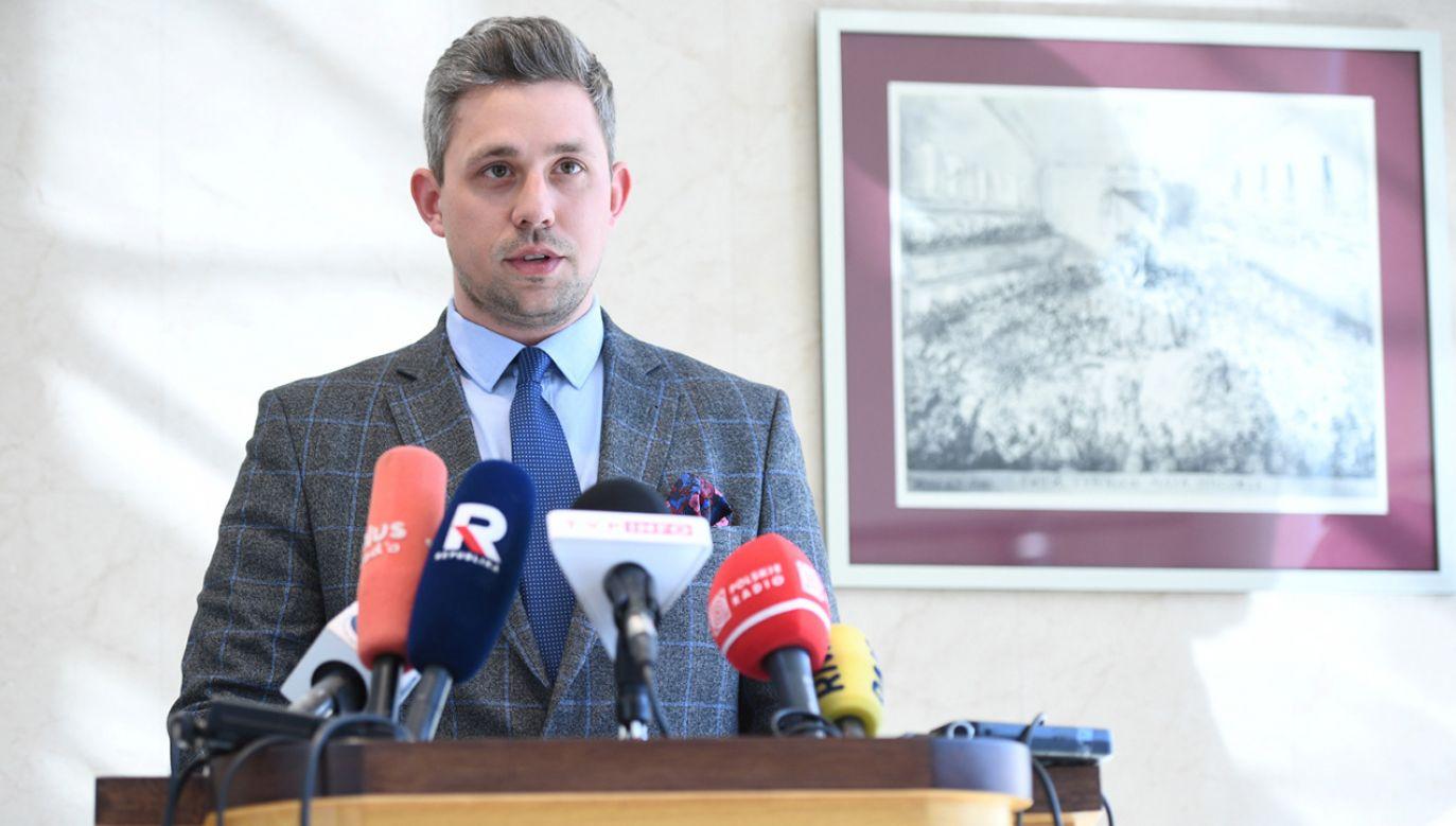 Rzecznik prasowy Trybunału Konstytucyjnego Robert Lubański wygłasza oświadczenie na temat nierzetelnych informacji dotyczących nagród przyznanych pracownikom Trybunału Konstytucyjnego (fot. PAP/Jacek Turczyk)