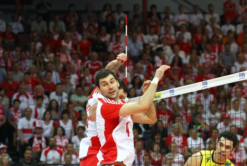 Grzegorz Kosok (nr. 4) odprowadza piłkę wzrokiem (fot. Cezary Korycki SPORT.TVP.PL)