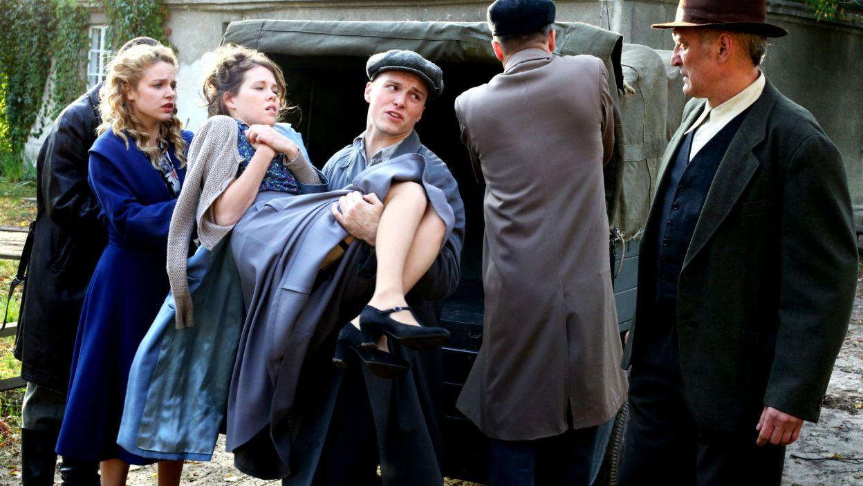 Witold organizuje transport Ewy i Irki do zaprzyjaźnionego majątku na wsi (fot. TVP)