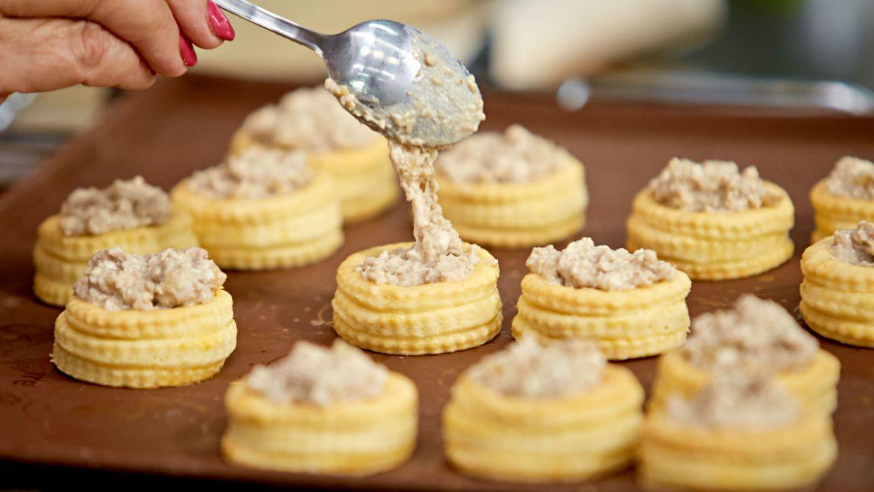 Farsz gotowy, ciasto też – wystarczy tylko połączyć oba składniki! (fot. TVP)