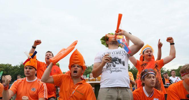 Kolorowi jak zwykle fani z Holandii (fot. PAP/Stanisław Rozpędzik)