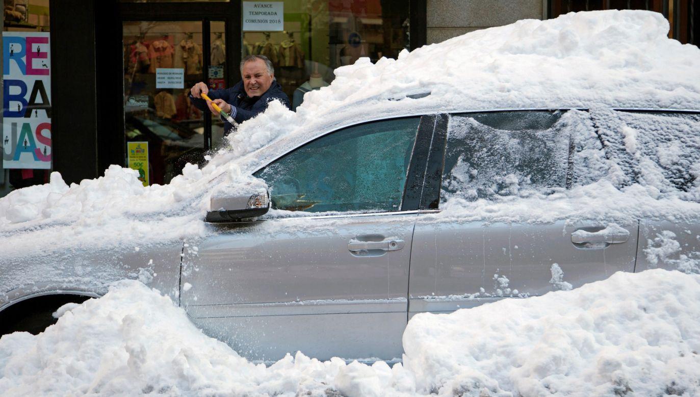Hiszanię znów nawiedziły intensywne opady śniegu (fot. EPA/RAUL SANCHIDRIAN)
