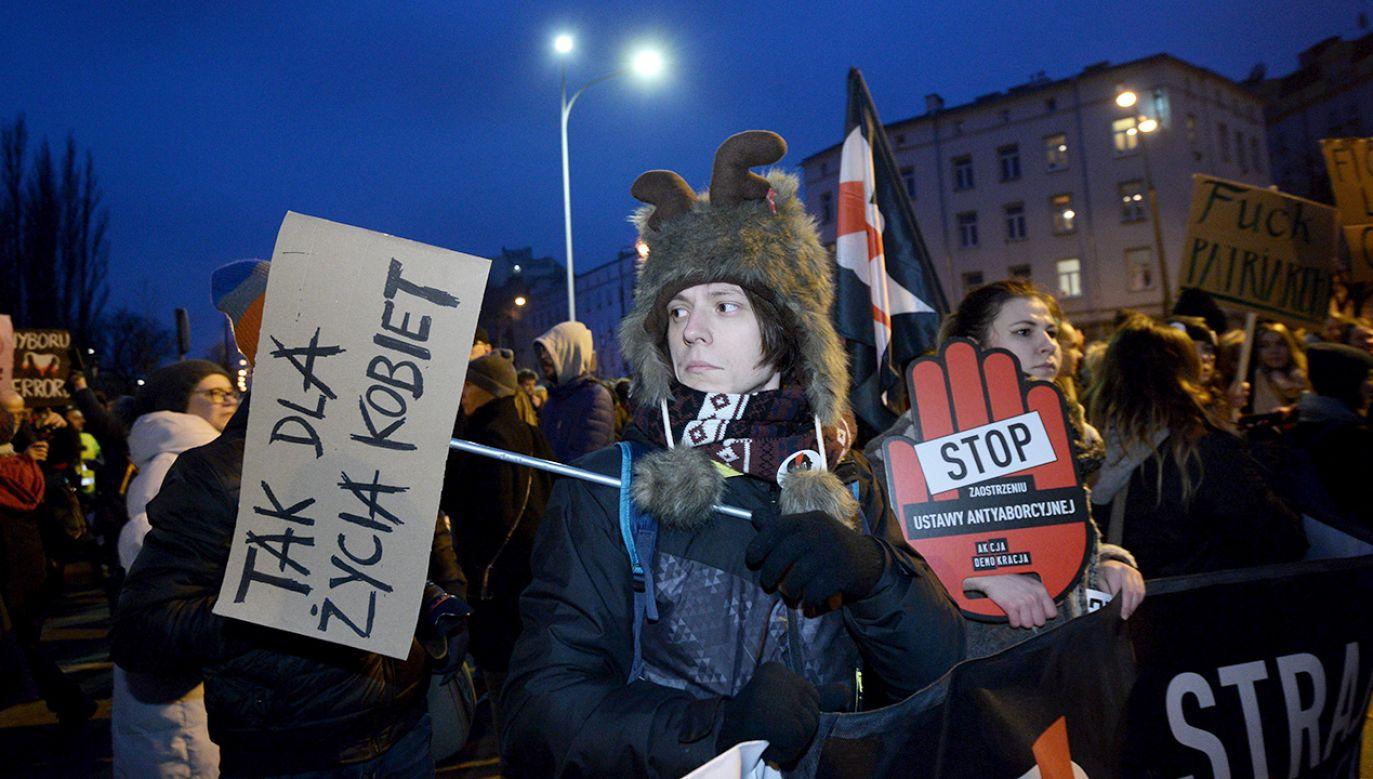Uczestnicy Ogólnopolskiego Strajku Kobiet przed siedzibą PiS przy ul. Nowogrodzkiej w Warszawie (fot. PAP/Radek Pietruszka)