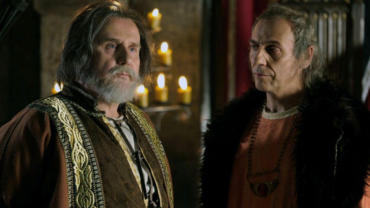 – A ty ekscelencjo zawsze zachowujesz się jak biskup? – Grot jest jednak obojętny za zarzuty Spytka i dalej realizuje swój plan (fot. TVP)