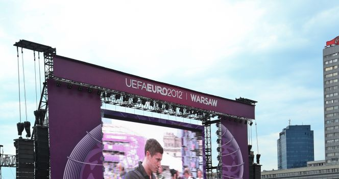 Robert Lewandowski wchodzi na scenę (fot. PAP/Rafał Guz)