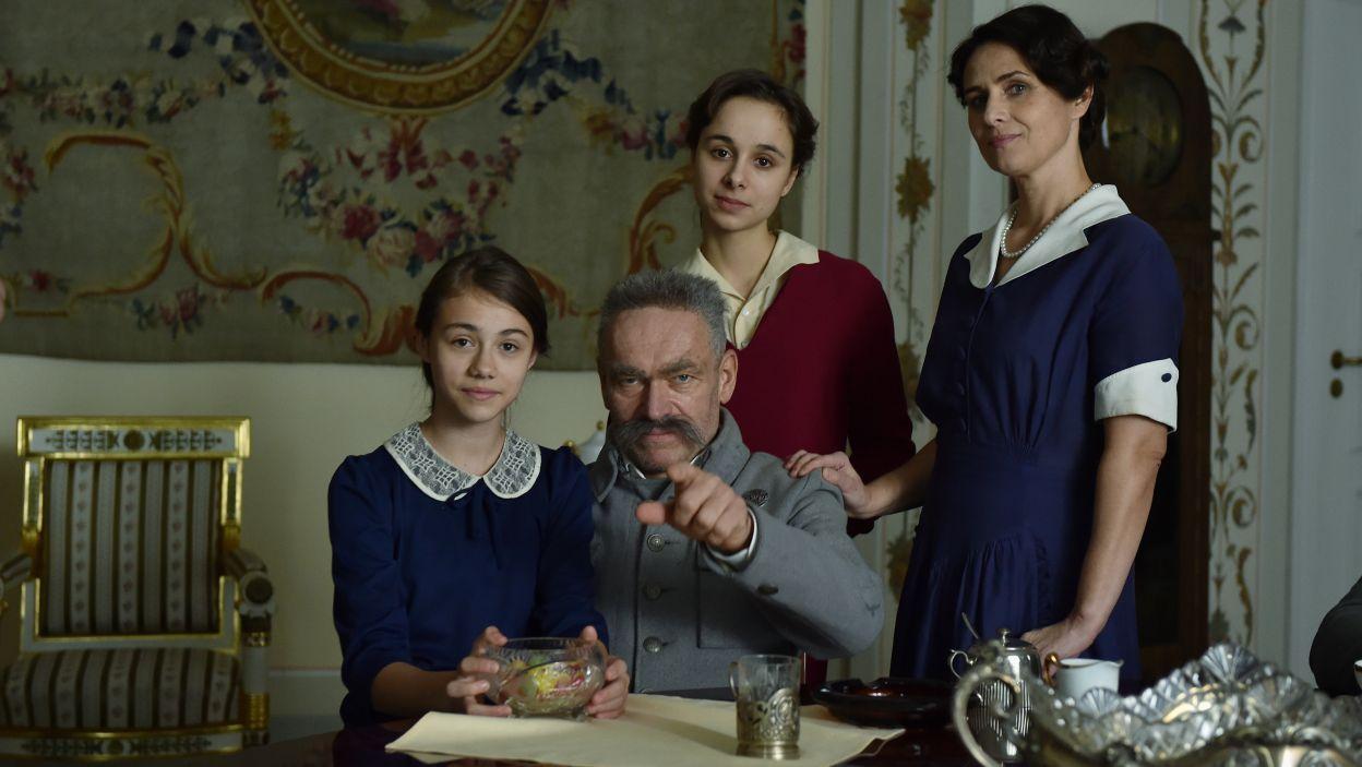 W Belwederze mieszkały wraz z marszałkiem jego żona Aleksandra (w tej roli Dorota Landowska) oraz córki (fot. Ireneusz Sobieszczuk/TVP)