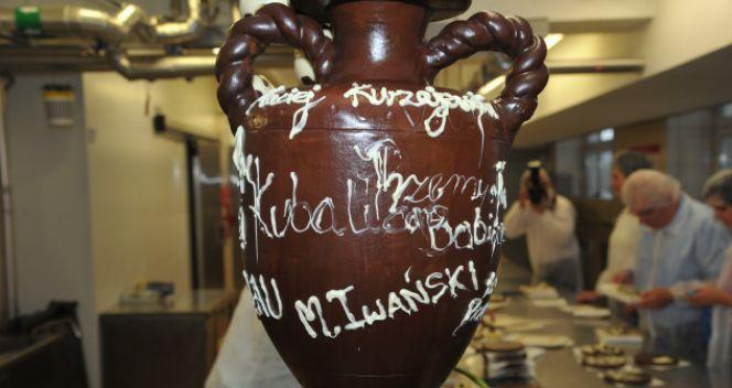 Podpisy na czekoladowym pucharze (fot. TVP/Ireneusz Sobieszczuk)