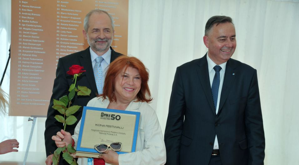 Krystyna Prońko z jubileuszową nagrodą (fot. Ireneusz Sobieszczuk/TVP)