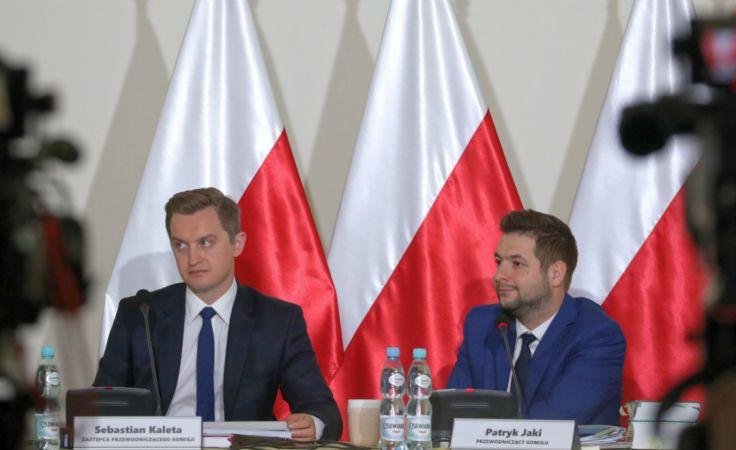 Przewodniczący komisji Patryk Jaki (P) oraz członek komisji Sebastian Kaleta (L) podczas posiedzenia komisji weryfikacyjnej. PAP/Tomasz Gzell