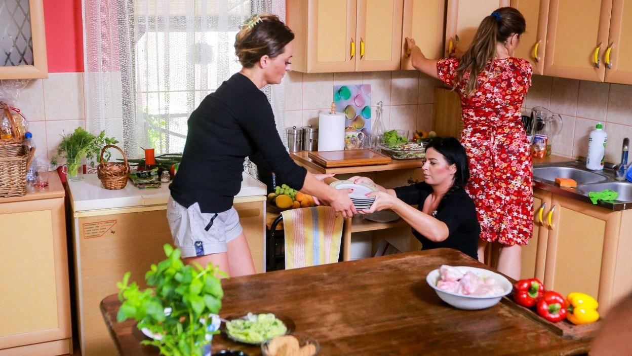 Piotr zagonił dziewczyny do kuchni (fot. TVP)