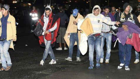 Uchodźcy wysiedli z pojazdu i pieszo przeszli na stronę austriacką  (fot. PAP/ EPA/HERBERT P. OCZERET)