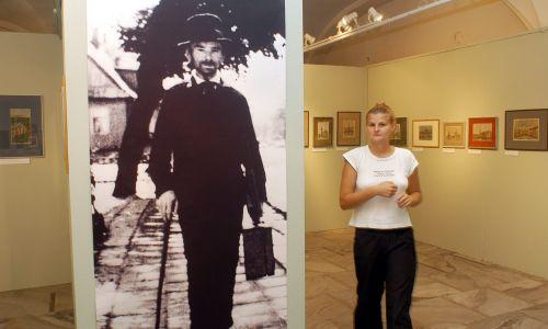 """Warszawa, 07.09.2004 r. Wystawa  """"Nikifor - Mistrz z Krynicy"""" w Państwowym Muzeum Etnograficznym. Fot.  PAP/Andrzej Rybczyński"""