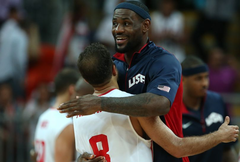 Lebron James dziękuje rywalowi po wygranym meczu (fot. Getty Images)