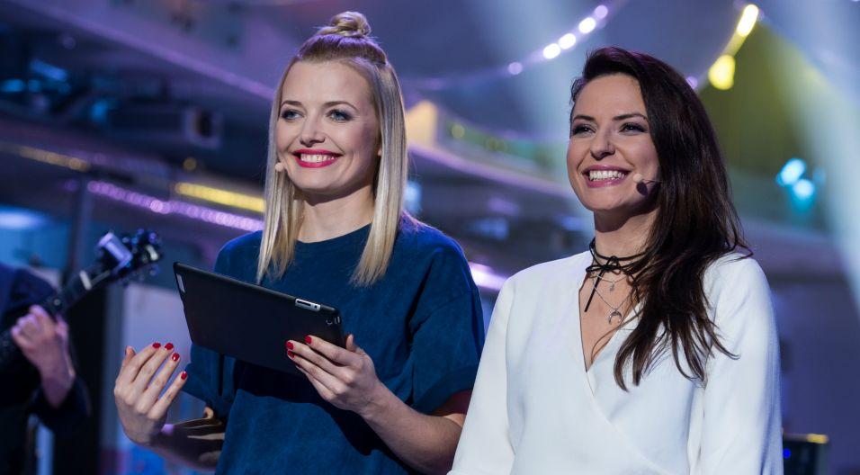 Anna Butrym i Anna Maciejewska prowadzą program i kibicują wykonawcom (fot. Jan Bogacz/TVP)