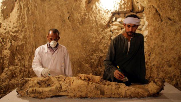 Mumię znaleziono w jednym z dwóch starożytnych grobowców, prawdopodobnie sprzed ok. 3,5 tysiąca lat (fot. PAP/EPA/KHALED ELFIQI)