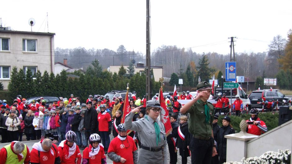 Wiktoria, wnuczka Bożeny Sas, pełni wartę honorową przy pomniku Powstańców Wielkopolskich w Brzozie (nad. Bożena Sas)