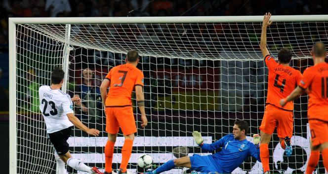 Mario Gomez trafia do siatki po raz pierwszy (fot. getty Images)