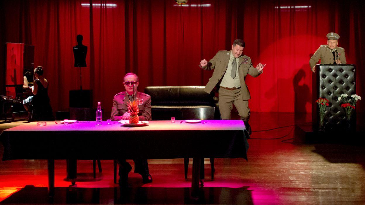 Bardziej niż postać tragiczną przypomina on marionetkę, rozgrywającą swój spektakl w teatrze historii (fot. M. Łukaszek/TVP)