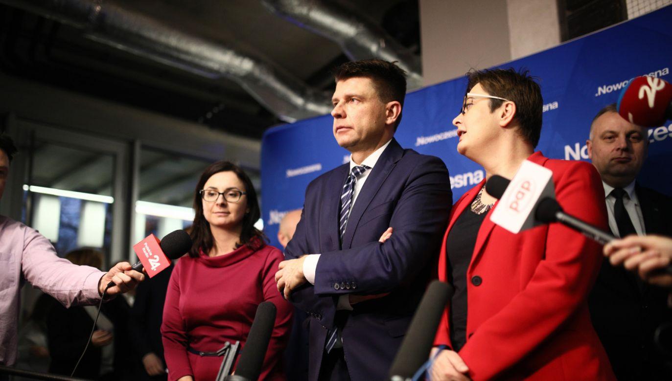 Przewodnicząca Nowoczesnej Katarzyna Lubnauer, Ryszard Petru  i Kamila Gasiuk-Pihowicz podczas konferencji prasowej po posiedzeniu Rady Krajowej Nowoczesnej (fot. PAP/Leszek Szymański )