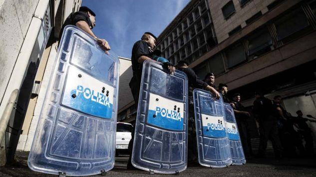 Szczególne środki bezpieczeństwa na ulicach włoskich miast (fot. PAP/EPA/ANGELO CARCONI)