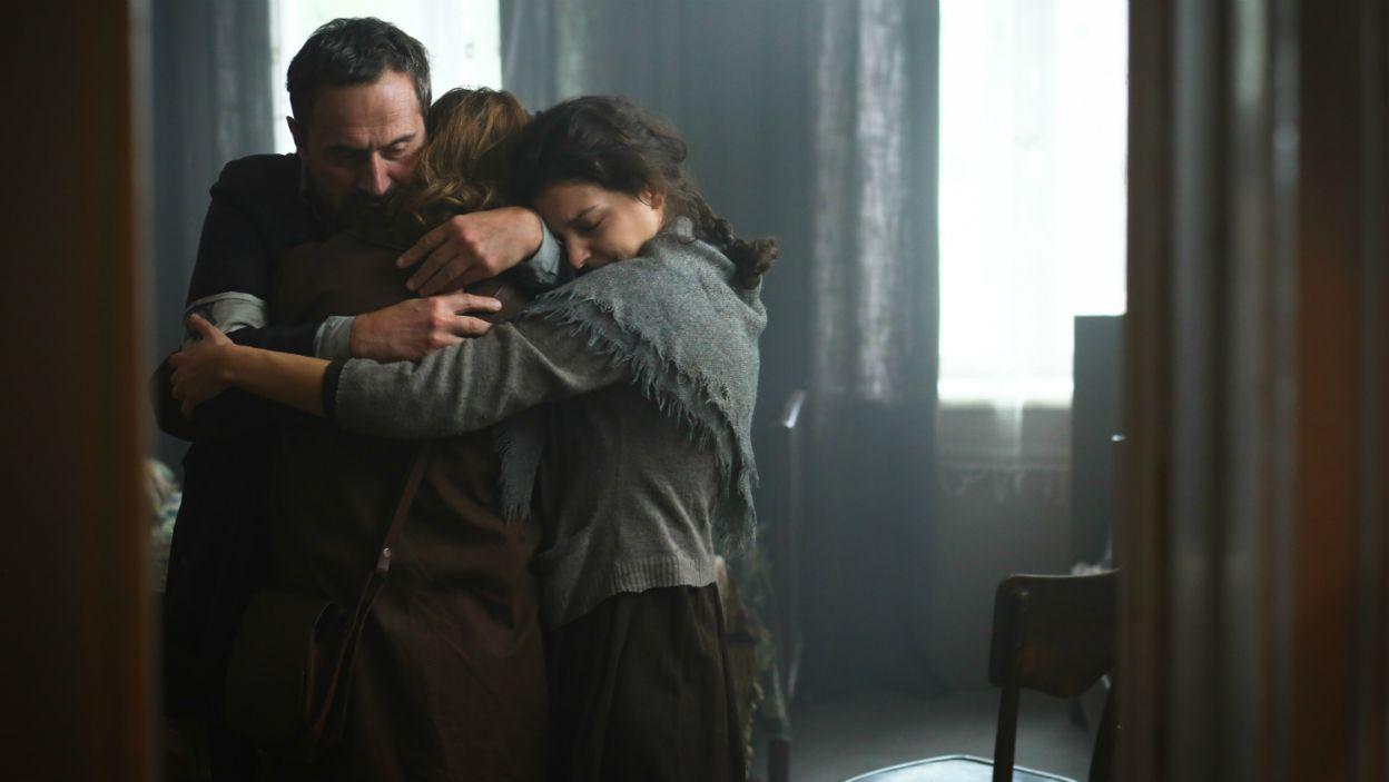 Żegna się z ojcem i siostrą z myślą, że nie wie, czy uda jej się ich jeszcze zobaczyć (fot. TVP)