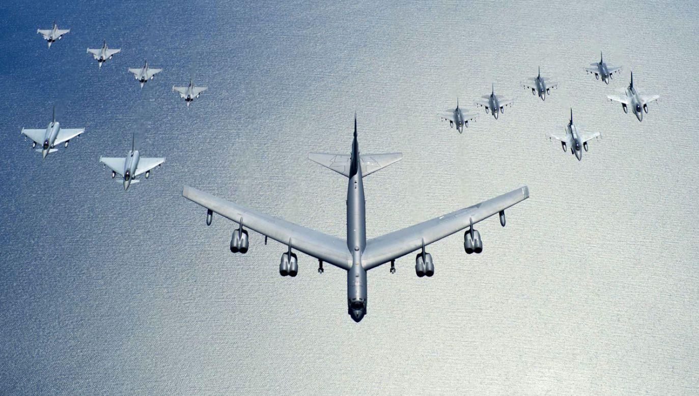 Amerykański B-52, dwa polskie F-16, cztery amerykańskie f-16 Fighting Falcons, dwa niemieckie Eurofighter Typhoons i cztery szwedzkie Gripeny nad Bałtykiem. 2016 rok (fot. media.defense.gov)