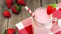 Truskawkowe smoothie to idealna propozycja zarówno na śniadanie, jak i podwieczorek (fot. Shutterstock)