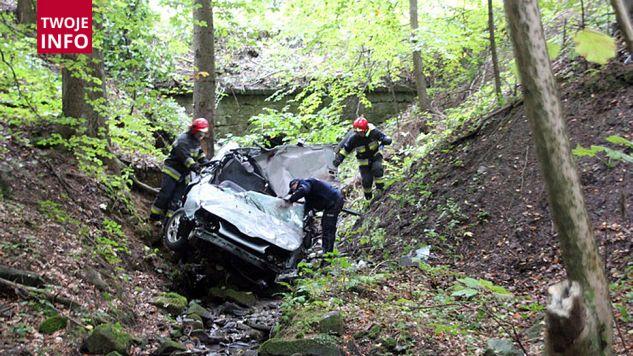 Samochód stoczył się z kilkumetrowej skarpy i wpadł do potoku (fot. nowyzmigrod24.pl)