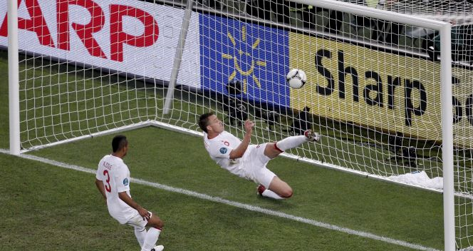 W tej sytuacji John Terry wybił piłkę, która przekroczyła już linię bramkową (fot. PAP/EPA)