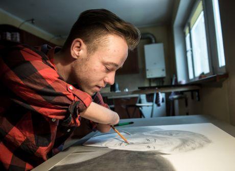 Bezręki artysta doceniany na całym świecie