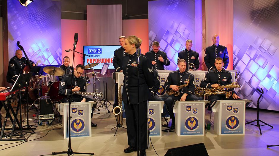 """3. Muzycy z zespołu """"United States Air Forces in Europe"""" w TVP3 Rzeszów"""