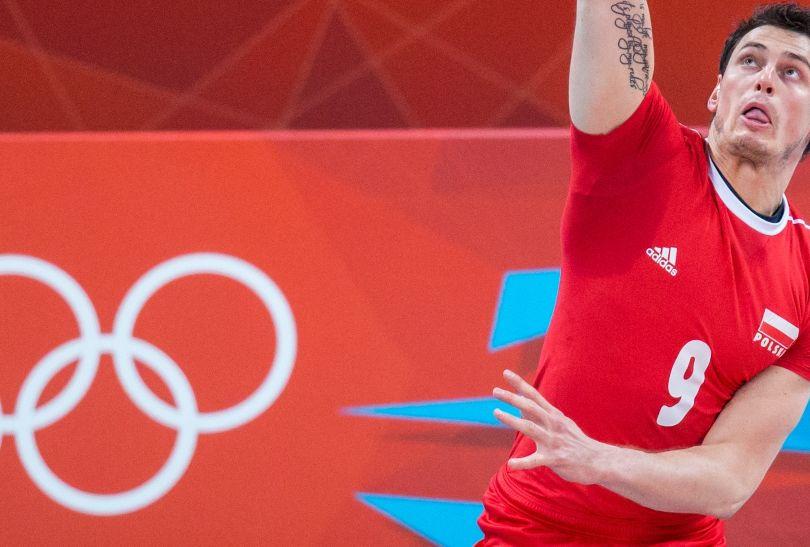 Zbigniew Bartman serwuje w meczu z Australijczykami (fot. PAP/Adam Ciereszko)