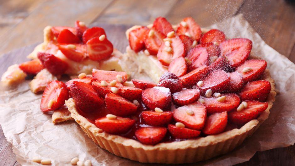 Truskawki świetnie komponują się w bitą śmietaną – w postaci tarty smakują jeszcze lepiej! (fot. Shutterstock)