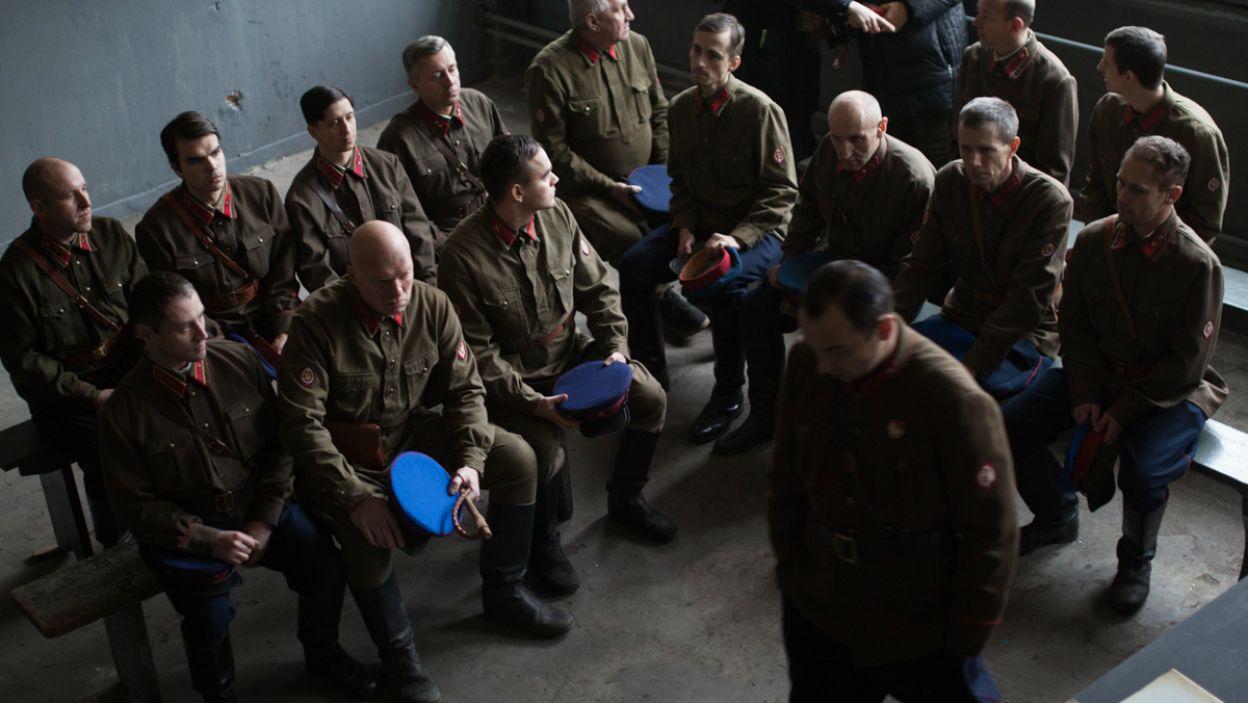 """Zarubin to mocny charakter, który chce moralnie zniszczyć polskich oficerów i przeciągnąć ich na """"stronę zła"""", wykorzystując ich strach oraz potrzebę jakiejkolwiek nadziei (fot. A. Woodley/TVP)"""
