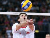 Michał Winiarski ratuje akcję przebijając piłkę przez siebie (fot. Getty Images)