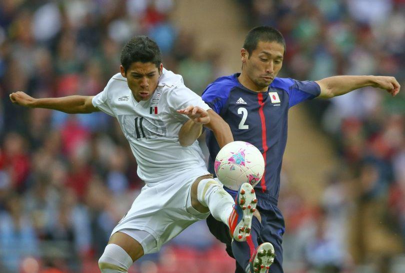 Javier Aquino i Yuhei Tokunaga walczą o piłkę (fot.PAP/EPA)