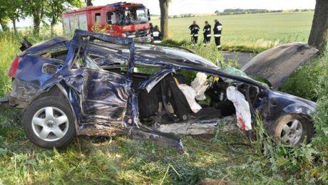 Kierująca volkswagenem uderzyła w drzewo (fot. KWP Olsztyn)