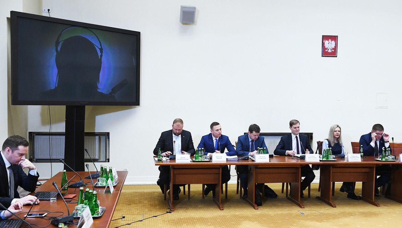 Świadek nr 10 - funkcjonariusz ABW podczas przesłuchania przez sejmową komisję śledczą ds. Amber Gold (fot. PAP/Radek Pietruszka)