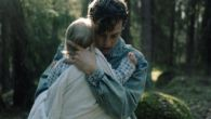 Narratorem filmu jest chłopiec, który obserwuje swój świat: osobliwych sąsiadów, boiska, łąki, ulice, okoliczne lasy (fot. mat. prasowe).