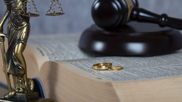 Sąd wypuszcza podejrzanych notariuszy. Sędzią jest żona jednego z nich