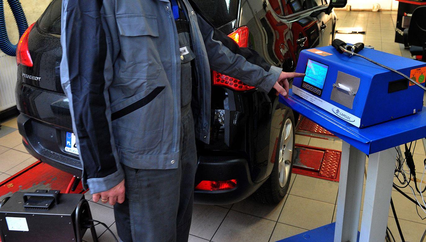 Stacja kontroli pojazdów (fot. PAP/Marcin Bielecki)