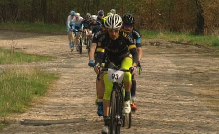 Twardziele na rowerach stanęli do szosowego wyścigu kolarskiego
