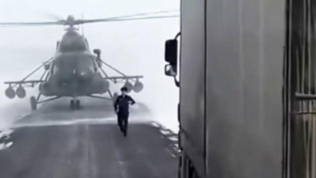 Pilot o drogę zapytał kierowców (fot. Youtube/Zello Kaz)