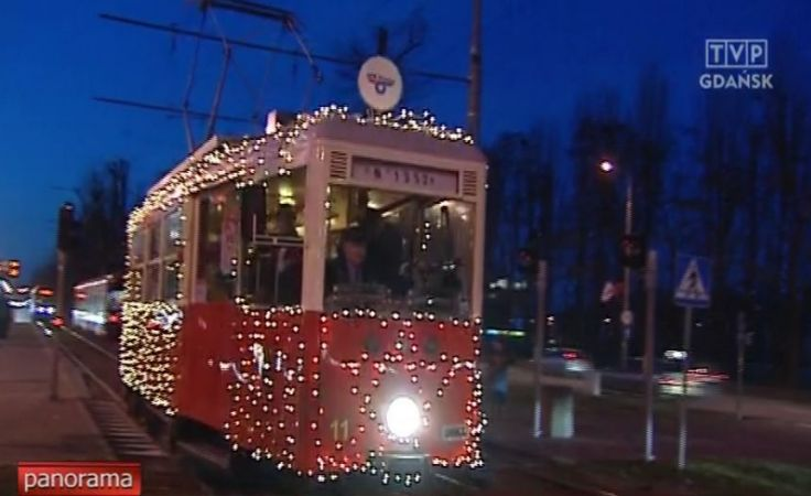 Zabytkowy świąteczny tramwaj na ulicach Gdańska