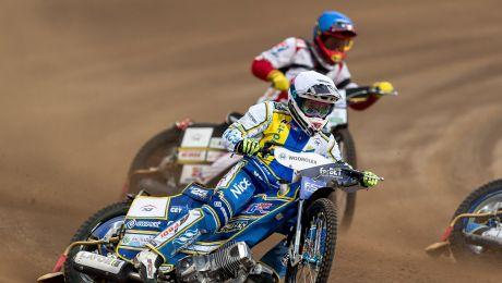 Damian Dróżdż (kask niebieski) oraz James Holder (biały) podczas meczu (fot. PAP/Maciej Kulczyński)