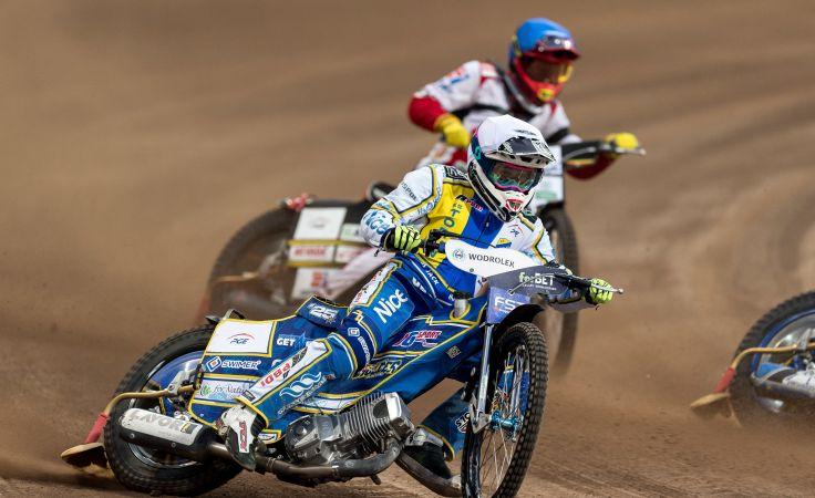 Damian Dróżdż (kask niebieski) oraz Jack Holder (biały) podczas meczu (fot. PAP/Maciej Kulczyński)