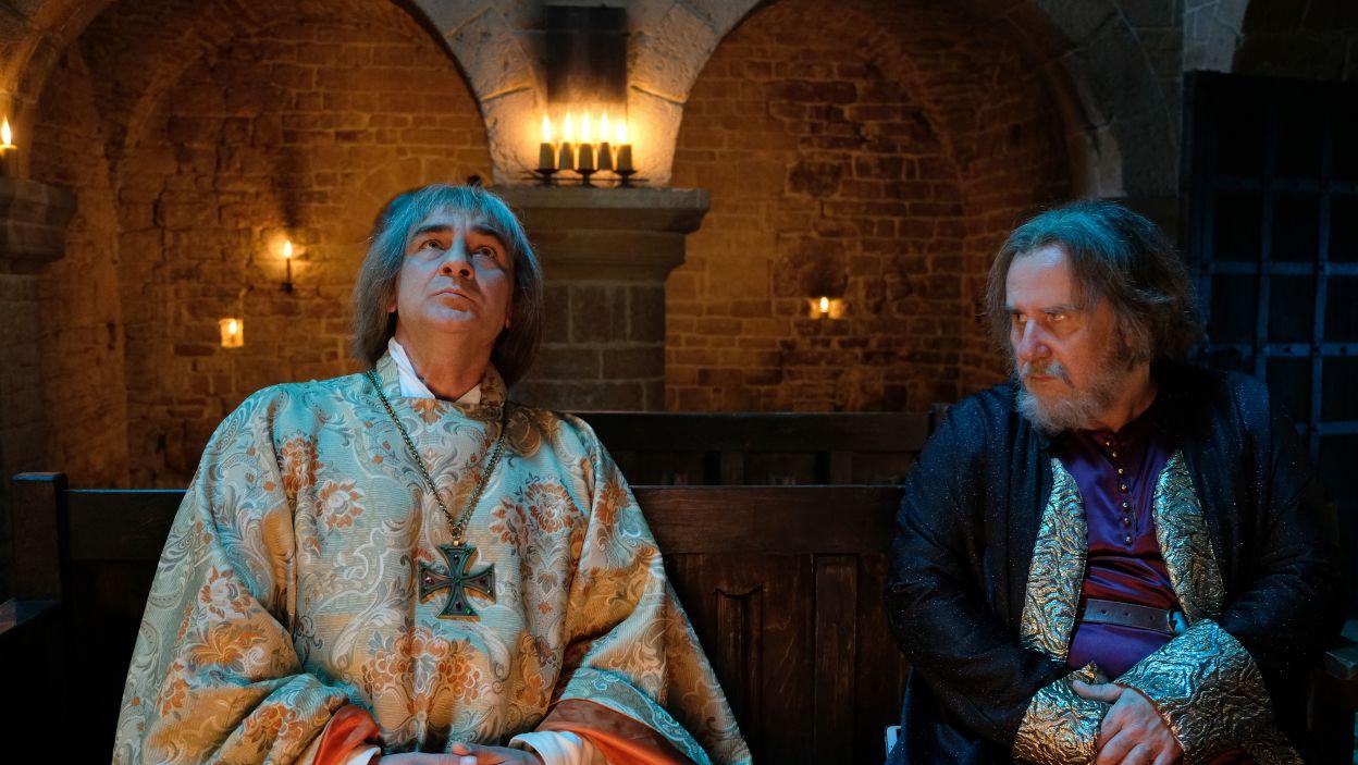 – Ja mu tego nie daruję – biskup Grot nie może pogodzić się z wyrokiem króla. Próbuje przekonać Spytka do swojego zdania (fot. M. Makowski/TVP)