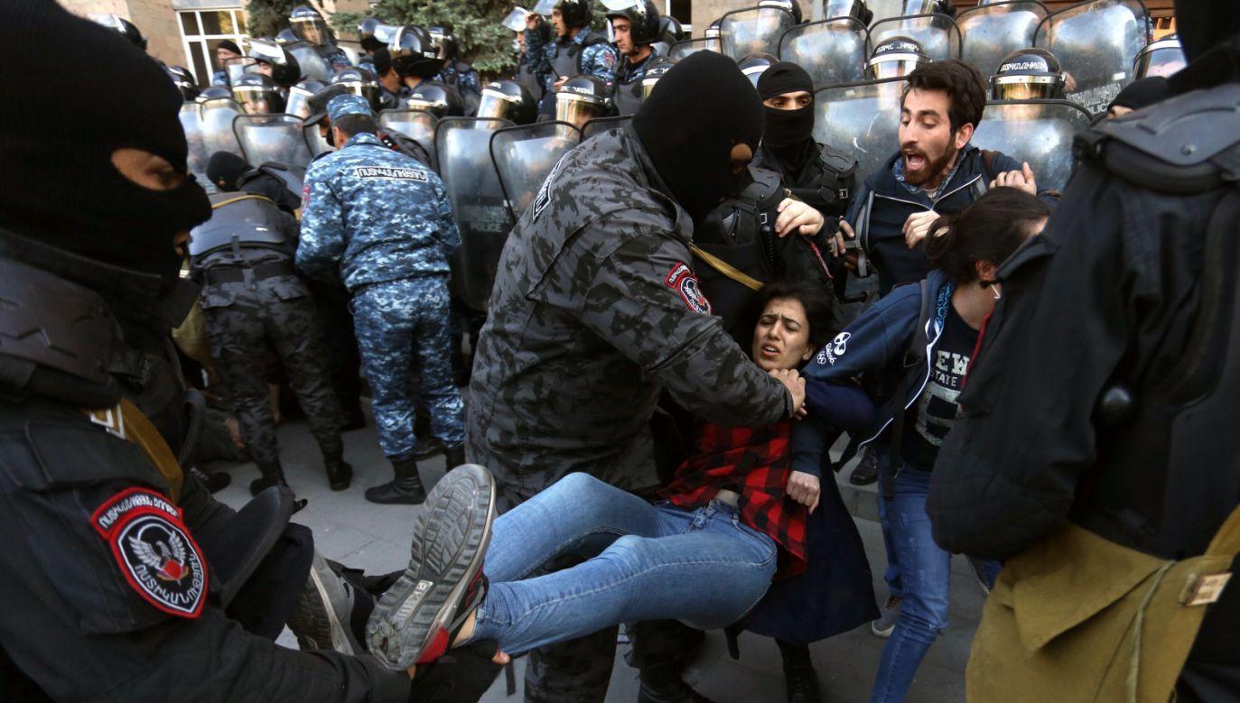 Demonstracje w Armenii zostały wywołane mianowaniem Sarkisjana na stanowisko szefa rządu (fot. PAP/EPA/HAYK BAGHDASARYAN)